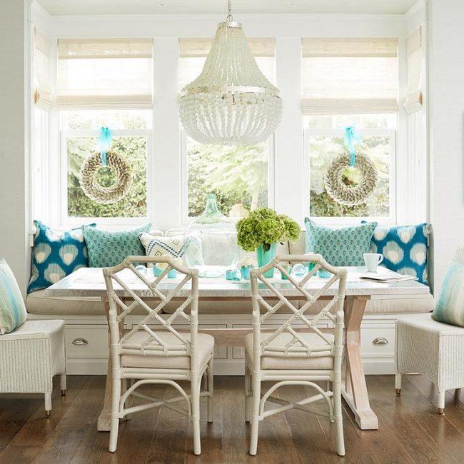 Свежая кухня в стиле прованс с яркими акцентами на элементах декора в синих тонах