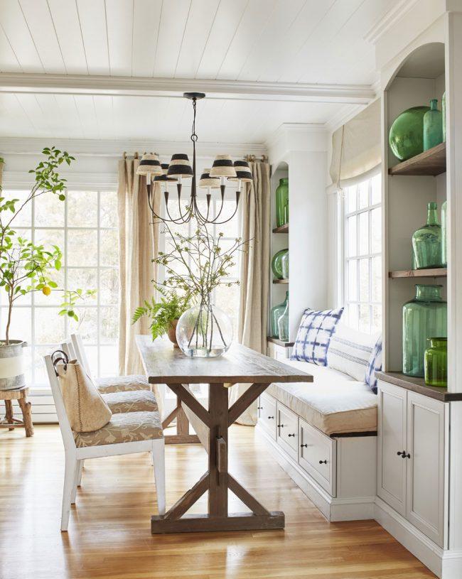 Необычная кухня с зелеными акцентами и комфортной тахтой у окна