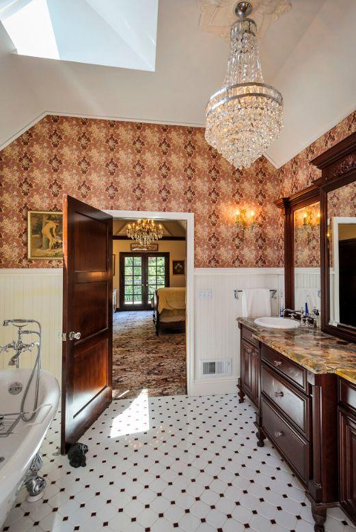 Светлая комната и темные двери самая распространенная цветовая комбинация при оформлении ванной