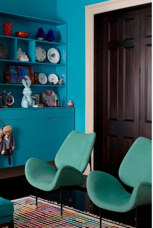 Темные двери могут стать цветовым контрастом в яркой комнате