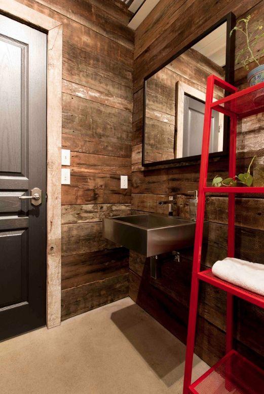 Отделка стен деревом и темные двери в интерьере ванной