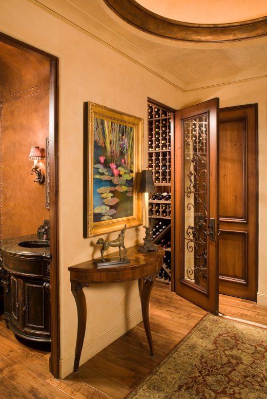 Темные деревянные двери с резными элементами станут украшением вашего дома