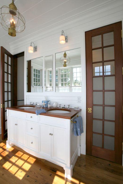 Контрастные темные двери со стеклянными вставками в ванной в японском стиле