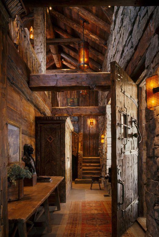 Темные двери в холле домика-шале напомнят вам о духе Франции прошлых веков