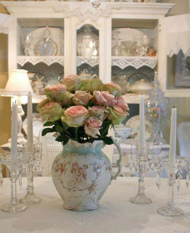 Красивый старинный кувшин для цветов в стиле прованс