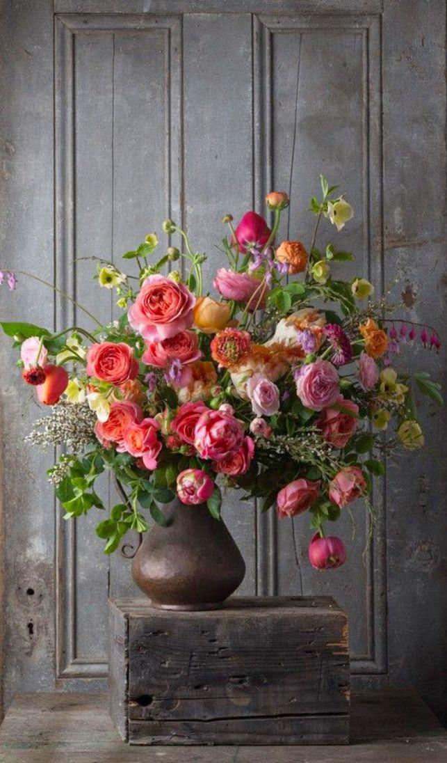 Металлический старинный кувшин с объемным и ярким букетом роз