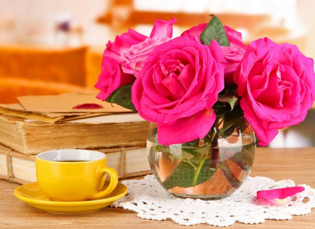 Достаточное количество и нужная температура воды в вазе обеспечат розе комфортное и долговременное прибывание в помещении