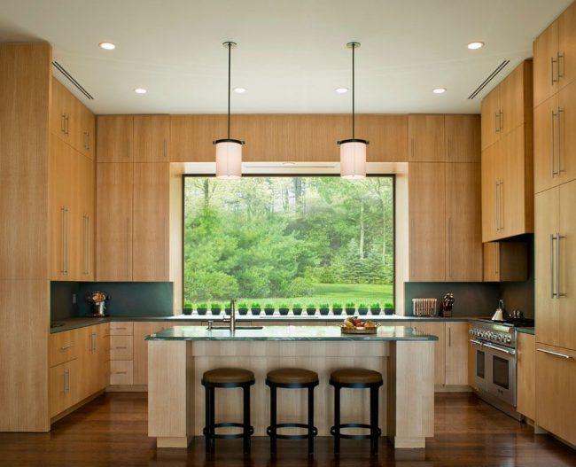 Высокий кухонный гарнитур из светлого ясеня сделает комнату визуально выше