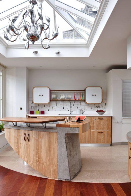 Ясень холодных оттенков гармонично сочетается с мрамором и выглядит благородно на белой кухне