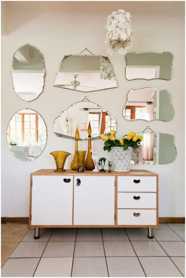 Зеркала различной формы создают красивую комбинацию в прихожей