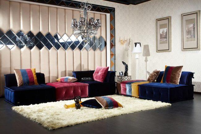 Зеркальное панно в просторной гостиной