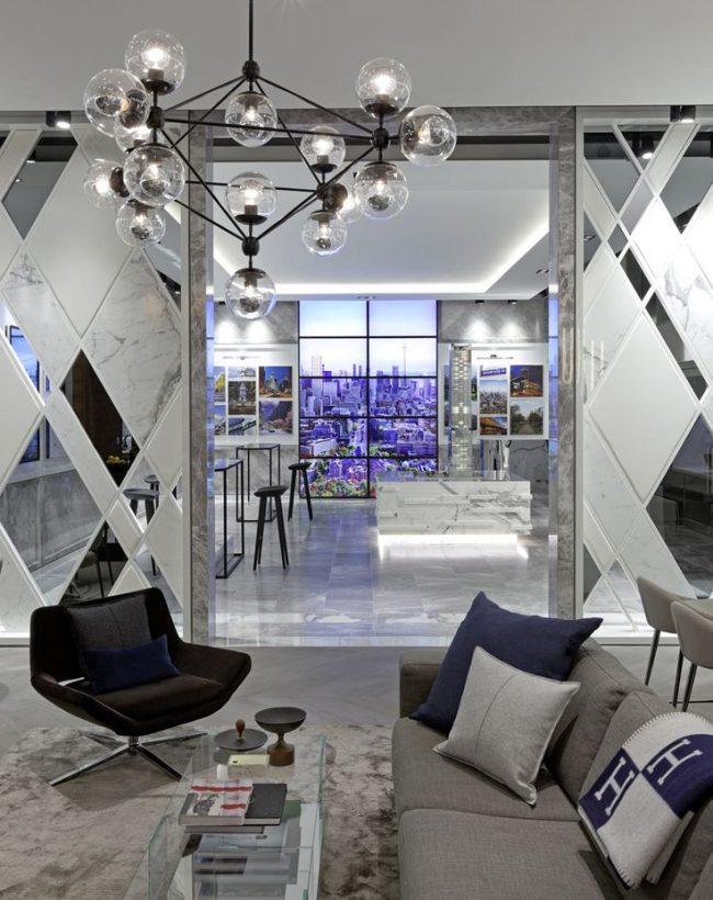 Зеркала в комнате помогут визуально поднять потолки