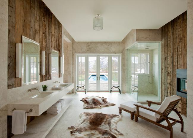 Сочетание мраморных стен и состаренного дерева в роскошном интерьере загородной виллы