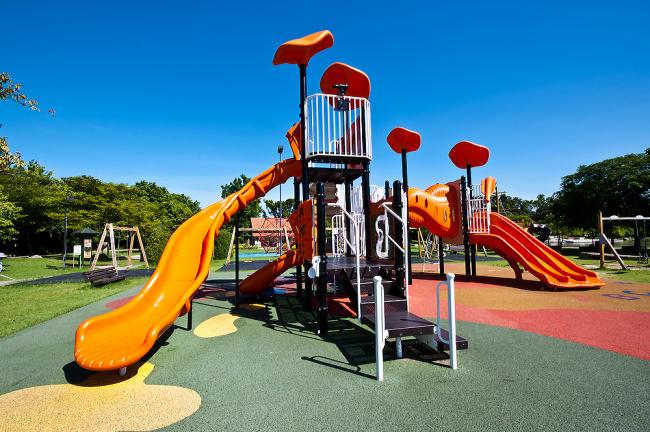 Яркие детские площадки из резиновой крошки смогут разукрасить любой двор в городе