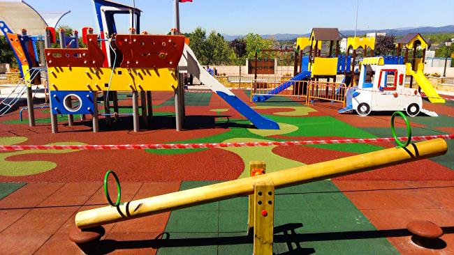 Повышенная безопасность резиновой крошки позволяет родителям спокойно отдыхать, пока дети играют на площадке