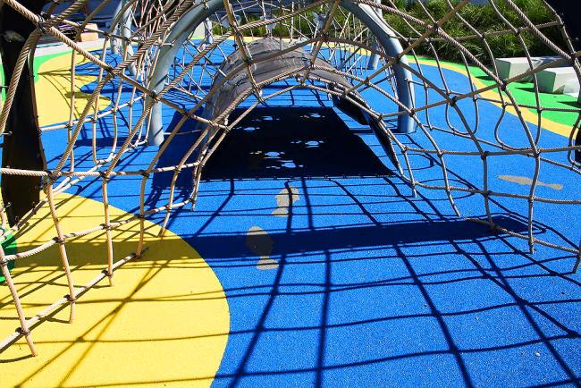 Резиновая крошка позволяет создавать несложные геометрические фигуры и однотонные рисунки, например, рыбок