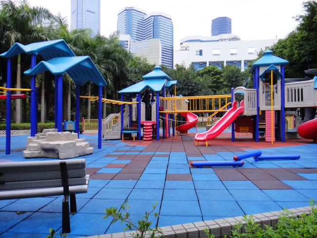 Покрытие детской площадки плиткой из резиновой крошки в Quarry Bay Park (Гонконг)