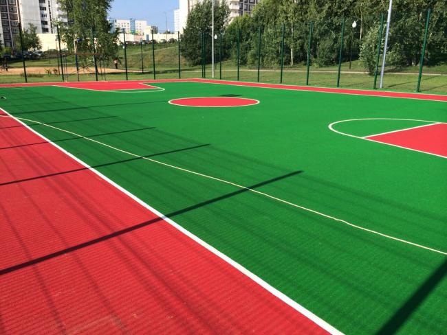 Футбольное поле с покрытием из резиновой крошки позволяет играть даже в плохую погоду или после дождя