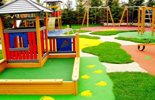 Дизайнеры практикуют смешанное покрытие детских площадок. Они сочетают резиновую крошку с островками растений, например, травы