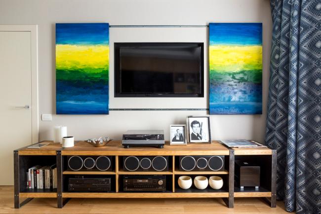Цветная модульная картина удачно может скрыть телевизор