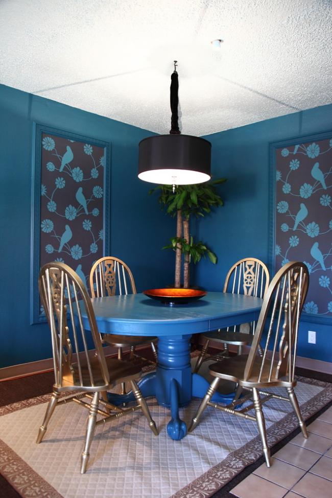 Темно-синяя столовая, украшенная картинами из обоев
