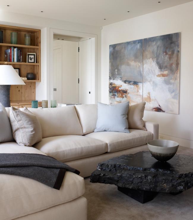 Современная гостиная с крупной модульной картиной