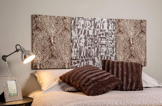 Интересная текстильная модульная картина у изголовья кровати