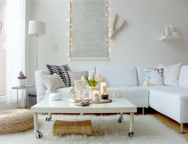 Стильный светлый интерьер гостиной украшает картина из узорных обоев