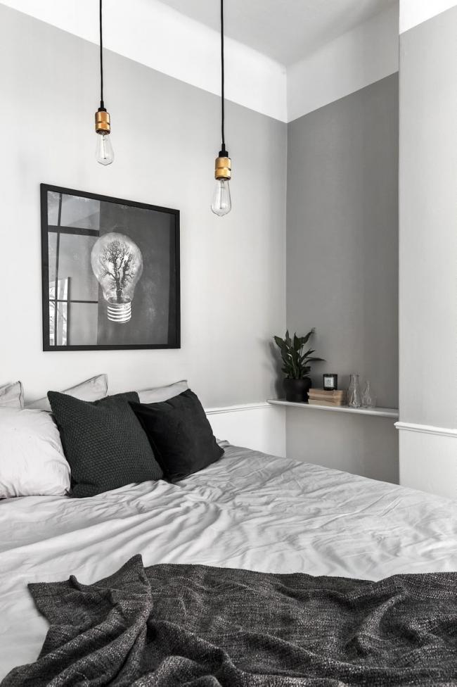 Небольшую спальню в серых тонах украсит черно-белая картина в черной рамке