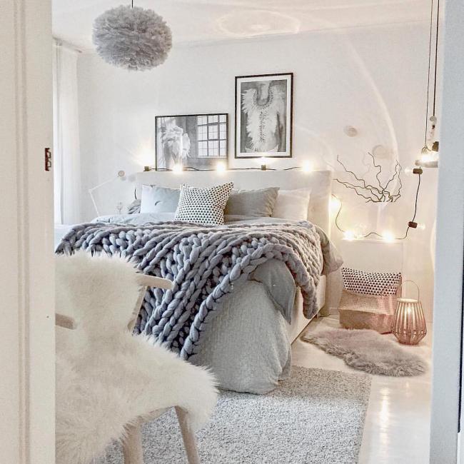 Для уютной светлой спальни также подойдут небольшие черно-белые фотокартины