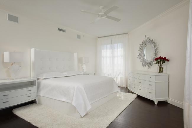 Белоснежная спальня с классическим глянцевым комодом на ножках