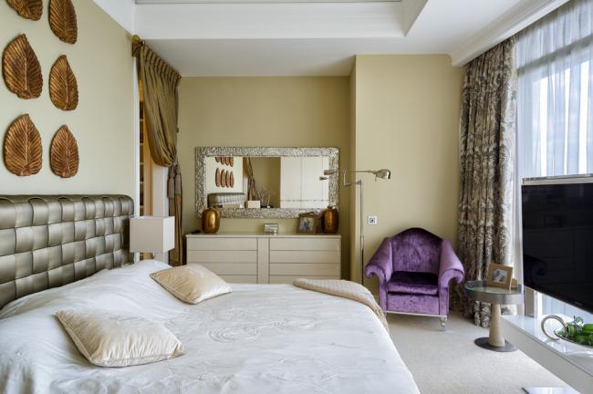 Уютная современная спальня с белым глянцевым комодом
