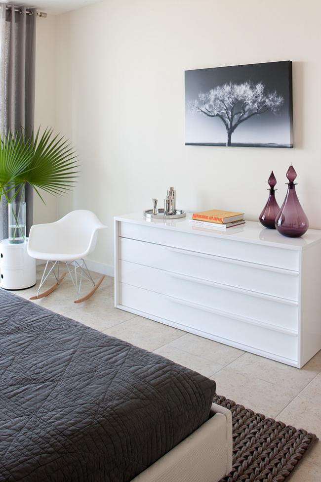Стильная и современная спальня с белым комодом