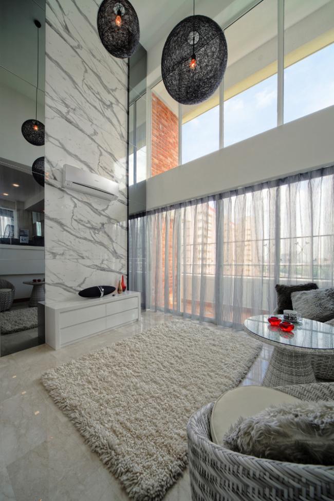 Роскошная гостиная с высокими потолками и белым глянцевым комодом