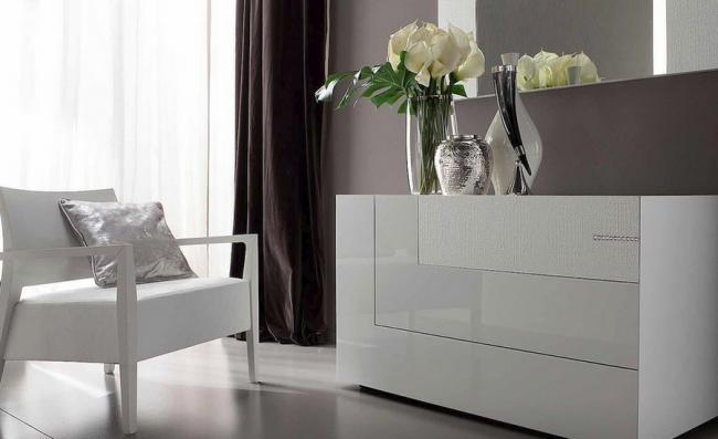 Белый глянцевый комод с нестандартными ящиками