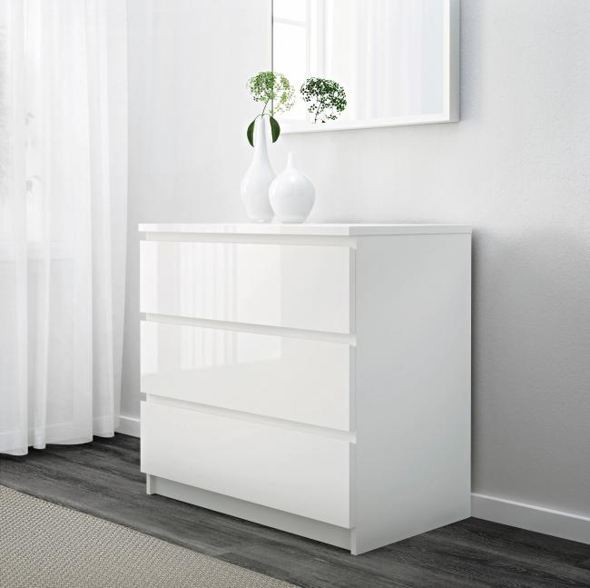 Белый комод без ручек, а особенно глянцевый требует более частой уборки