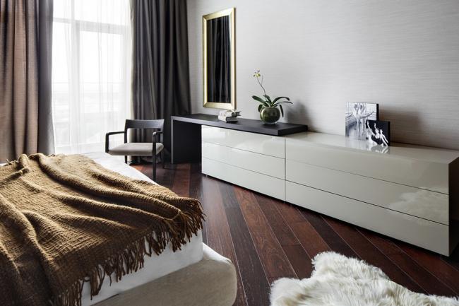 Большой белый комод на шесть ящиков в современной спальне