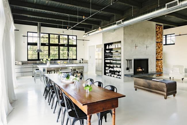 Открытые полки для хоанения посуды очень популярны в интерьере кухни, оформленной в стиле лофт