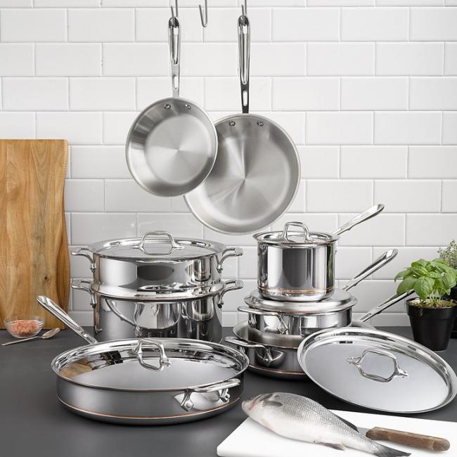 Посуда из нержавеющей стали не только красиво смотрится, но и удобна в использовании