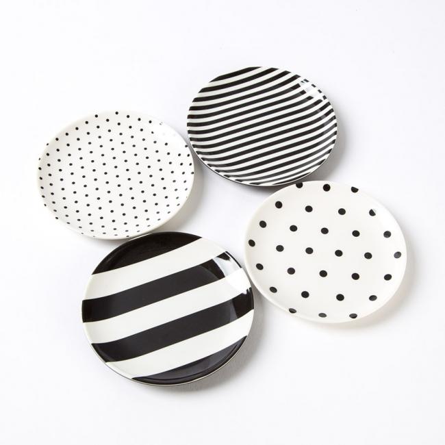 Черно-белый принт в дизайне фарфоровой посуды