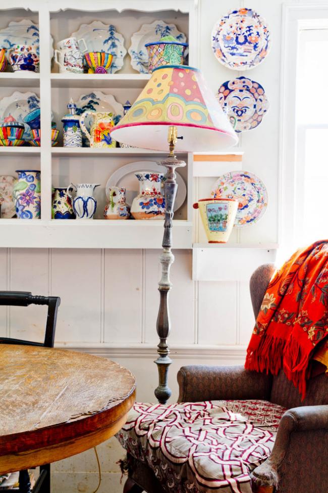 Посуда с ярким рисунком отлично впишется в интерьер в стиле бохо