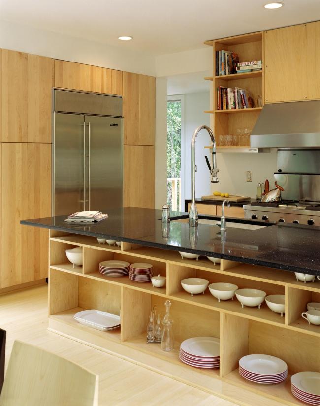 Кухня в стиле модерн с полками для посуды, расположенными под столешницей