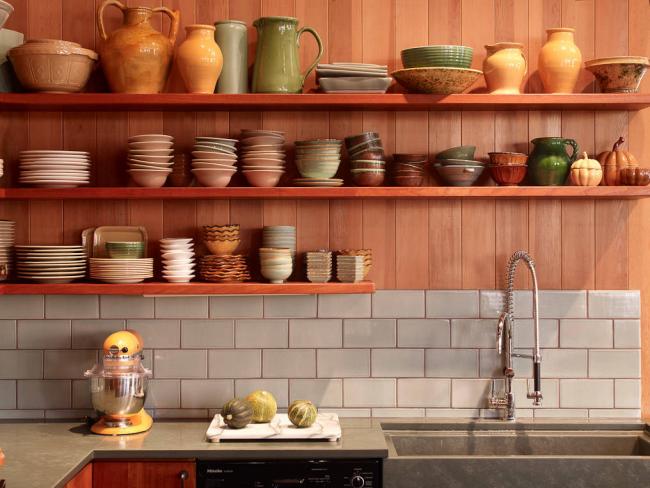 Глиняная посуда отлично впишется в интерьер кухни, оформленной в стиле модерн