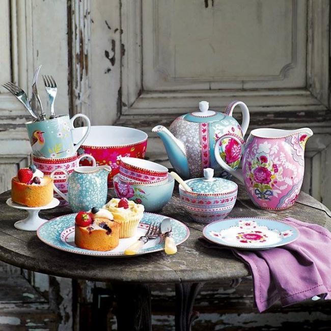 Красивая посуда на столе — важный элемент сервировки стола