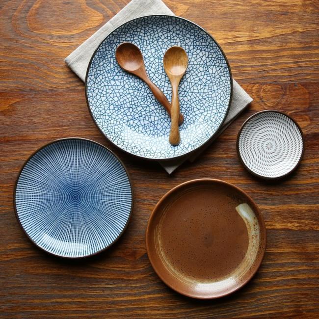 Удачное сочетание глиняных тарелок и деревянных ложек сделают сервировку стола очень гармоничной