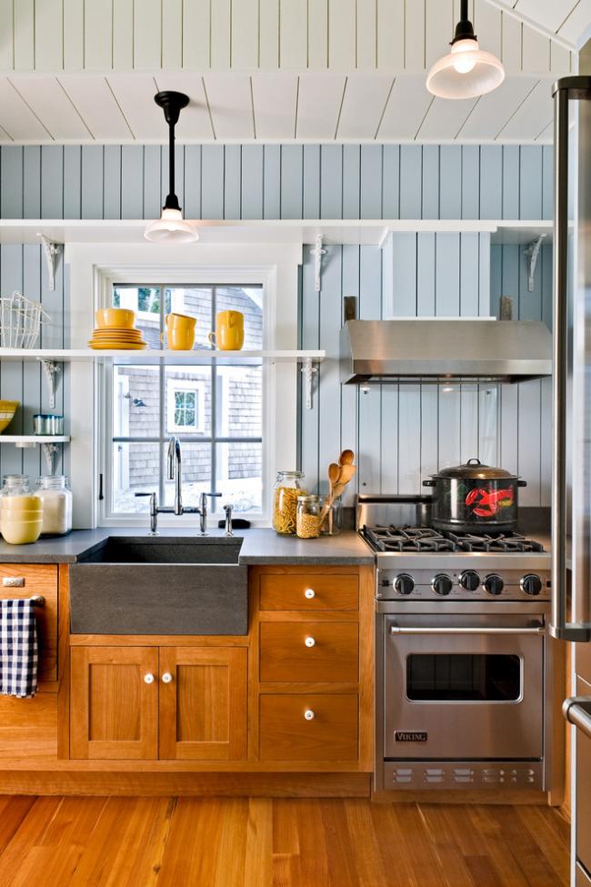 Кухня без верхних шкафов выглядит легче