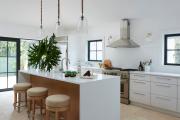 Фото 2 Кухня без верхних шкафов: 75+ функциональных интерьеров для тех, кто устал от кухонной классики