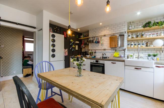 Эклектичный стиль в оформлении кухни с обилием открытых полок