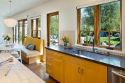 Фото 4 Кухня без верхних шкафов: 75+ функциональных интерьеров для тех, кто устал от кухонной классики