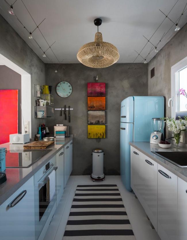 Небольшая эклектичная кухня с серыми стенами и яркими маленькими картинами